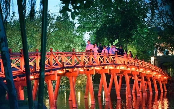 ...và đi bộ trên cầu Thê Húc.(Ảnh: Giang Huy)