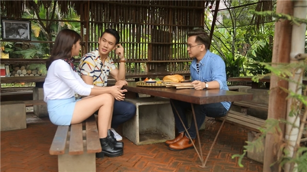Yun Lukas hướng dẫn Lincoln Thúc Lĩnh và Phương Linh làmbánh mì Sài Gòn.