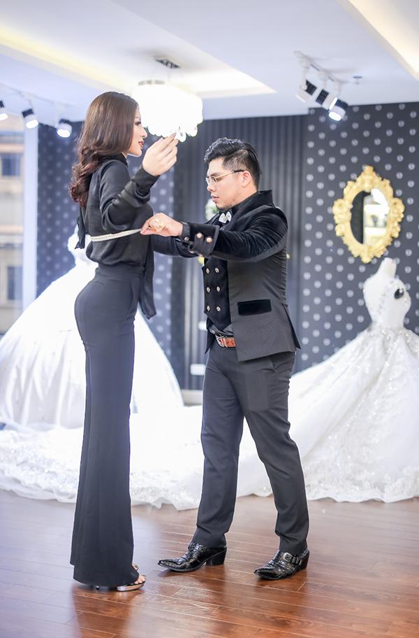 Khả Trang trong buổi làm việc với nhà thiết kế Lê Long Dũng.