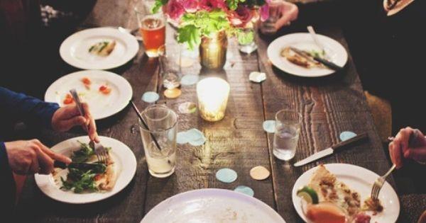 Đi ăn với đồng nghiệp: Ai ăn gì thì tự trả. Nếu đồng nghiệp mà thân thiết như bạn bè thì có thể thay phiên nhau trả.
