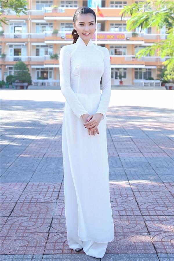 Tại buổi gặp gỡ và giao lưu cùng thầy cô, học sinh của trường, Ngọc Duyên diện áo dài trắng tinh khôi. Ngọc Duyên cho biết nhiều kỷ niệm ùa về trong cô khi được diện trang phục gắn liền với tuổi học trò.