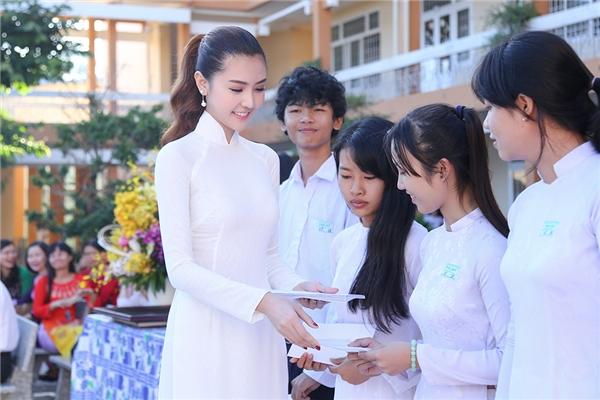 Ngọc Duyên được đàn em vây kín khi về thăm trường cũ
