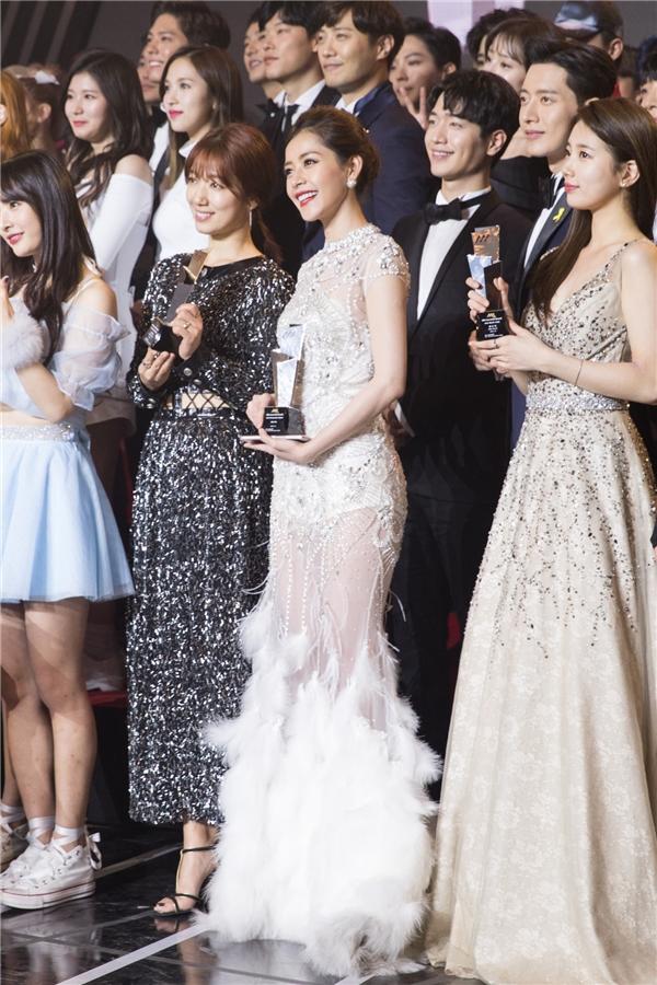 Nữ diễn viên xinh đẹp cũng vừa hé lộ những bức ảnh chụp nhóm cùng các nghệ sĩ thắng giải Asia Artist Awards 2016 cuối chương trình.Chi Pu đứng cạnh Park Shin Hye (váy đen), Suzy(váy dài) và ngay trước Park Hae Jin, Seo Kang Joon. - Tin sao Viet - Tin tuc sao Viet - Scandal sao Viet - Tin tuc cua Sao - Tin cua Sao
