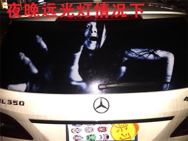 Decal ma quỉ thường được dán vào phần đuôi xe để hù dọa những người phía sau.