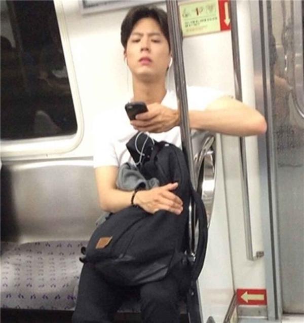 Thái tử Park Bo Gum chăm đến trường mặc lịch trình bận rộn