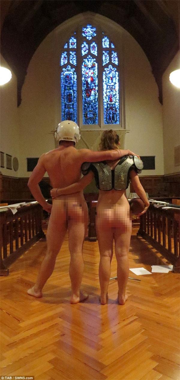 Johnsonhọcngành Khoa học tự nhiên ở King's, còn Angela đang học ngành Tâm lý học ở Selwyn, họ chỉ mặc vài mẩu đồ thể thao.