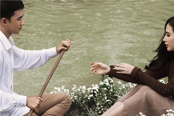 Bộ ảnh ghi lại những khoảnh khắc lãng mạn của cặp đôi trên thuyền, lấy bối cảnh trên một dòng sông thơ mộng tại Sài Gòn. - Tin sao Viet - Tin tuc sao Viet - Scandal sao Viet - Tin tuc cua Sao - Tin cua Sao