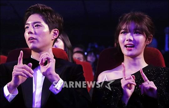 Yoona nhập bọn cặp đôi Mây Họa Ánh Trăng cổ vũ tại lễ trao giải AAA