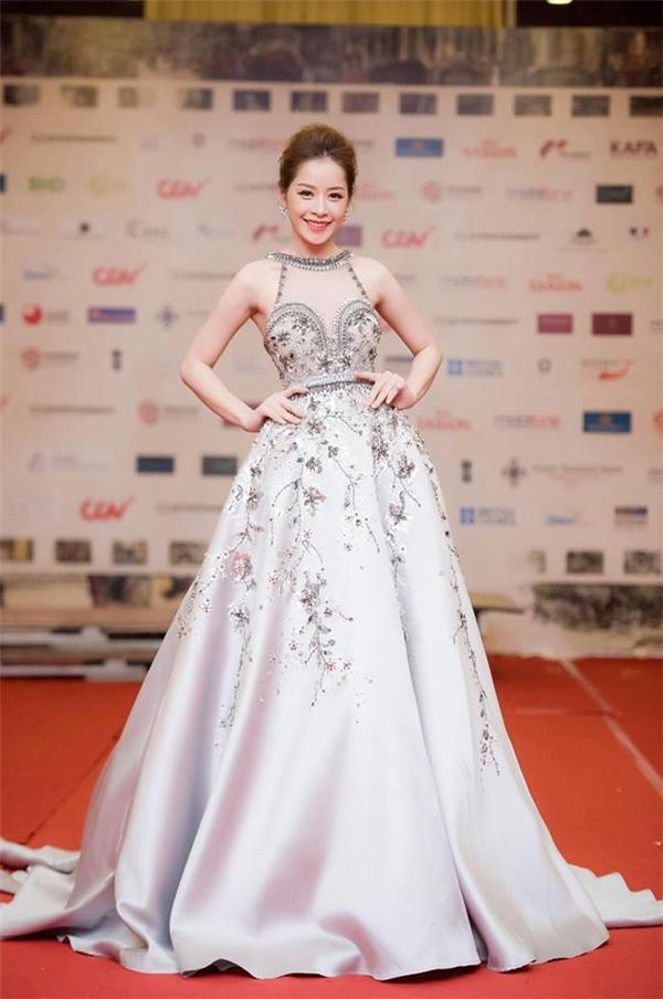 Trên thảm đỏ Liên hoan Phim Quốc tế Hà Nội 2016, Đỗ Long cũng giúp Chi Pu tỏa sáng với bộ áy bồng xòe điệu đà nhưng không kém phần gợi cảm với chất liệu xuyên thấu ở phần thân trên. Gu thời trang thảm đỏ của nữ diễn viên trẻ ngày càng thay đổi tích cực.