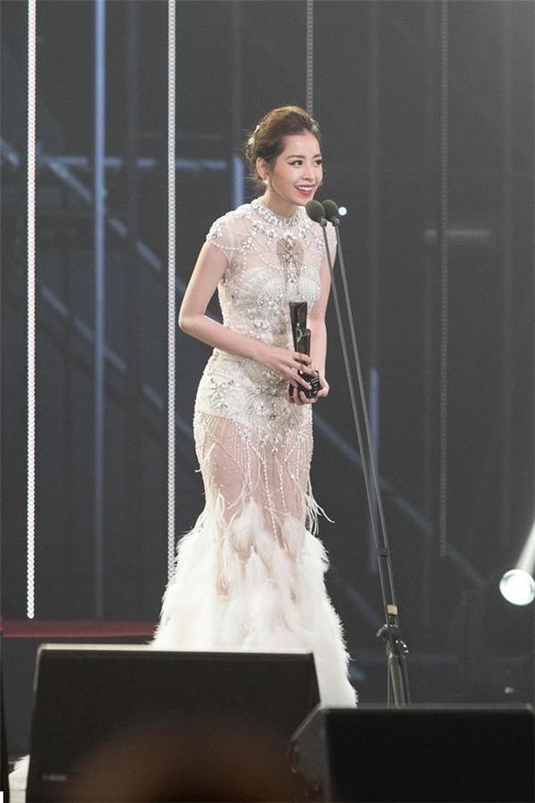 Hôm qua (16/11), Chi Pu khiến khán giả, người hâm mộ nước nhà vô cùng tự hào khi được vinh danh nghệ sĩ mới của châu Á tại Hàn Quốc trong lĩnh vực điện ảnh. Trên thảm đỏ, nữ diễn viên xuất hiện như một nữ thần với bộ váy đuôi cá xuyên thấu màu trắng tinh khôi của nhà thiết kế Đỗ Long. Thiết kế bắt mắt bởi chi tiết đính kết kì công phủ đầy thân váy.
