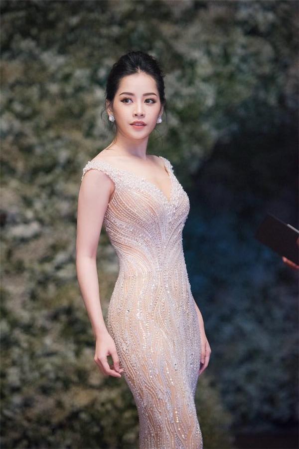 Vóc dáng thanh mảnh của Chi Pu càng làm say đắm người xem với thiết kế màu trắng tinh khiết của Hoàng Hải với loạt đá quý đính kết tạo hiệu ứng bắt sáng.
