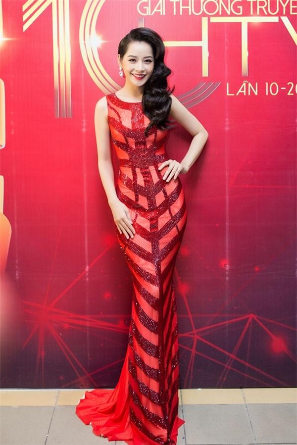 Nữ diễn viên ấn tượng với sắc đỏ ruby cùng những khoảng hở tinh tế theo cấu trúc đối xứng.
