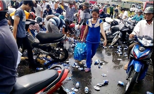 Xe tải chở ngô gặp nạn, bà con có lòng thu dọn bị hiểu nhầm hôi của?