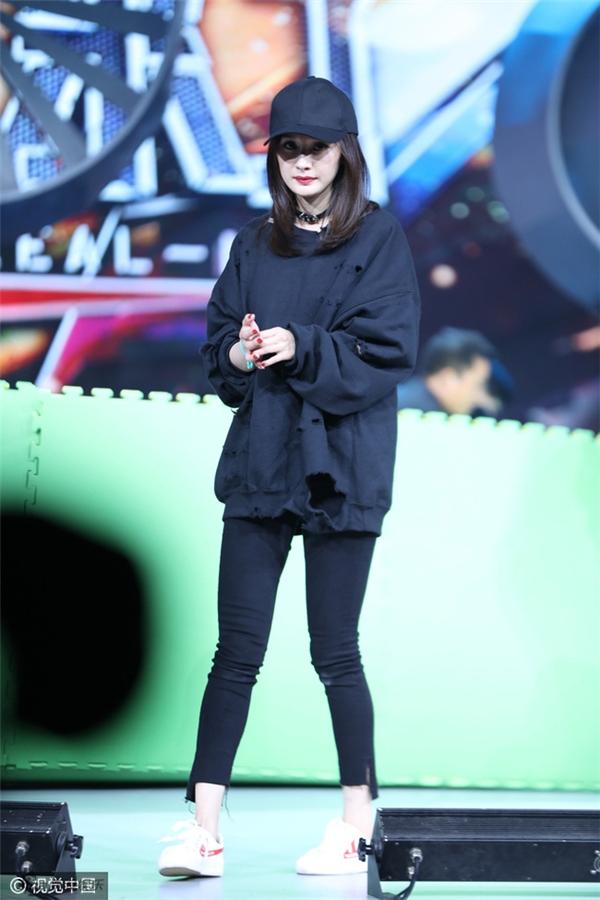 Dương Mịch xuất hiện tại buổi ghi hình Happy Camp với chiếc áo thời trang rách te tua.