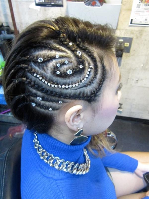 Kiểu bím tóc phức tạp và đầy công phu.