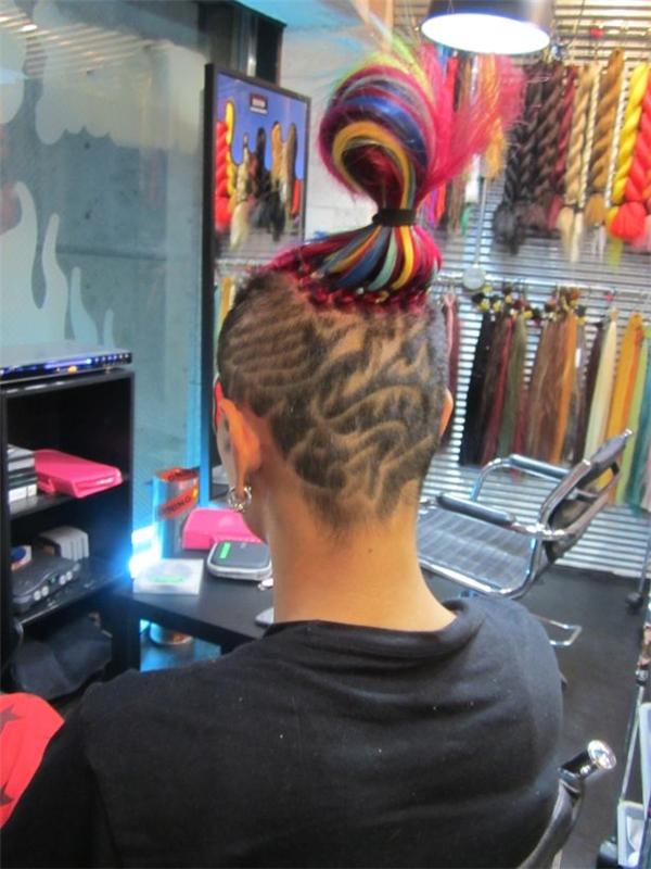 """Quả đầu """"7 sắc cầu vồng"""" với phần tóc trên da đầu được cạo sát thành các hoa văn phức tạp, trông giống một hình xăm kín đầu được bao phủ bằng tóc thật."""