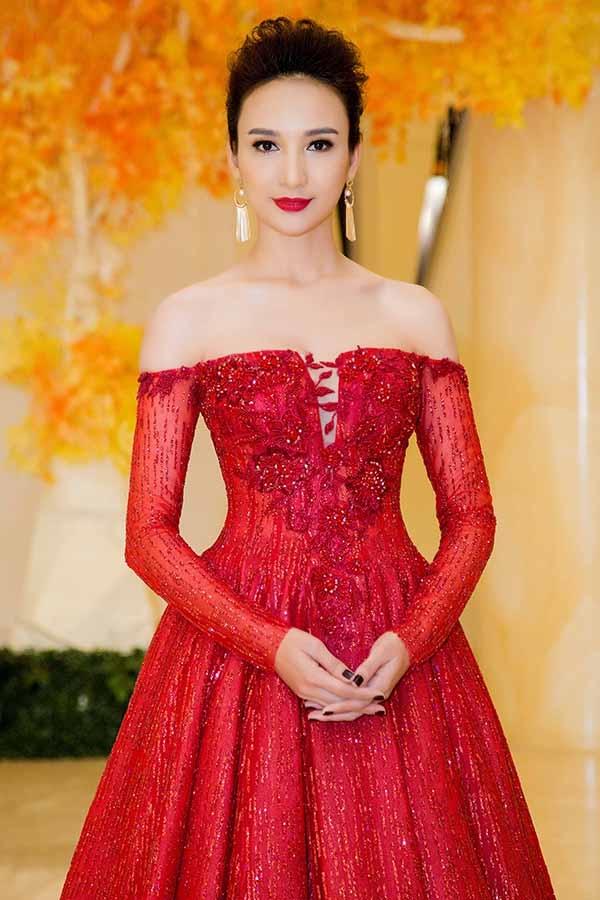 Ngọc Diễm thu hút ánh nhìn của quan khách khi diện bộ đầm xòe đỏ rực với chất liệu ren, lưới pha ánh kim. Thiết kế tạo điểm nhấn bởi chi tiết đính kết, trễ vai gợi cảm, hợp xu hướng.