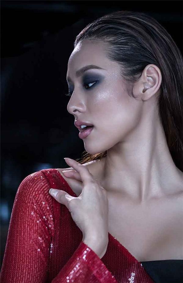"""Dù có cơ thể khá đầy đặn nhưng Lilly Nguyễn vẫn """"cân"""" được các thiết kế mang phong cách gợi cảm nhờ thần thái vô cùng quyến rũ. Nữ người mẫu chia sẻ cô vô cùng tự tin về bản thân và chưa hề nghĩ đến việc giảm cân hay gò ép bản thân vào bất kì khuôn mẫu nào."""