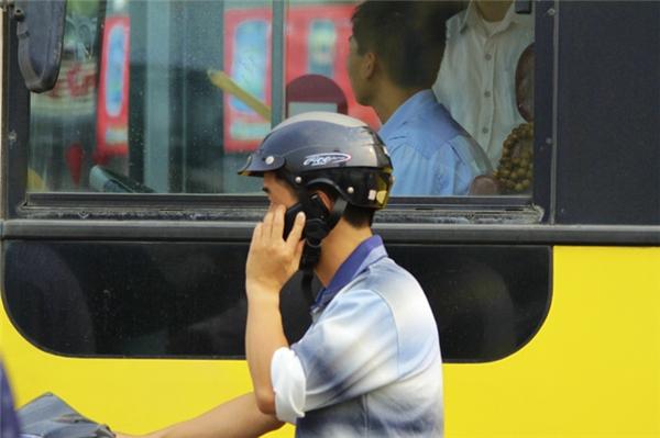 ...thì việc sử dụng điện thoại di động khi dừng đèn đỏ cũng vẫn là vi phạm luật giao thông vì dừng đèn đỏ cũng làđang điều khiển xe chạy trên đường.(Ảnh minh họa)