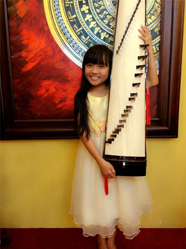 Không chỉ hát hay mà cô bé còn chơi đàn tranh thành thạo khiến nhiều người càng thêm ngưỡng mộ.(Ảnh: Internet)