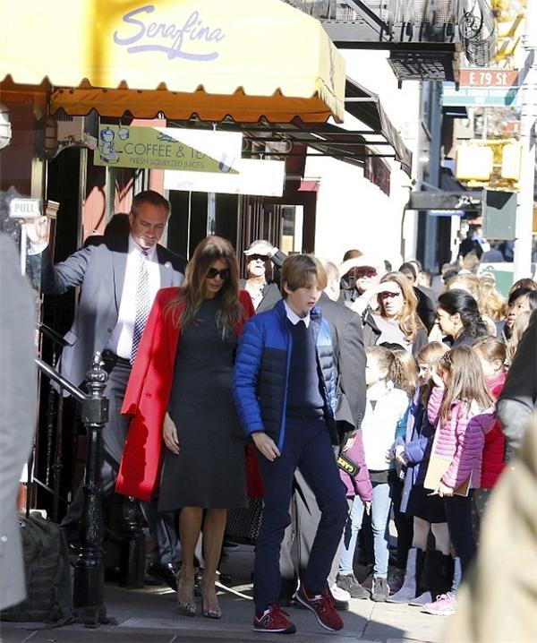 Cậu út nhà Donald Trump, 10 tuổi với phong cách khá đơn giản. Đó là sự kết hợp giữa hiếc quần bò xanh cùng áo len cổ sơ mi trắng, khoác ngoài là chiếc áo hiệu Ralph Lauren và đi sneaker New Balance.