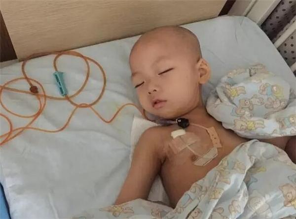 Cậu bé 3 tuổiHân Đồngđangđiều trị tại bệnh viện. (Ảnh: Internet)