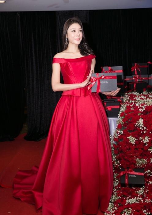 Triệu Nhã Kỳ sinh năm 1983 là người mẫu có tiếng tại Trung Quốc.