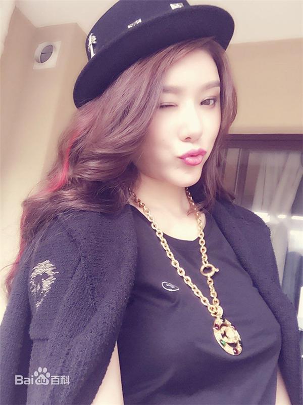 Cô sinh ra tại Liêu Ninh, tốt nghiệp Đại học Trung Sơn, khoa Luật. Cô còn theo học tại Học viện Hý kịch Trung ương.