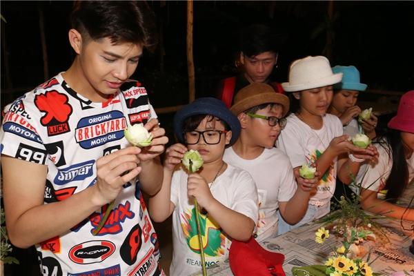 Với mỗi địa điểm đi qua, nam ca sĩcùng các học trò đều được đại diện của Tổng Cục du lịch Thái Lan nghênh đón và sử dụng những dịch vụ sang trọng hàng đầu tại hòn đảo Phuket. - Tin sao Viet - Tin tuc sao Viet - Scandal sao Viet - Tin tuc cua Sao - Tin cua Sao