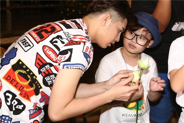 Noo Phước Thịnh đã nhiệt tình hướng dẫn 6 học trò của mình làm hoa đăng bằng hoa sen để thả xuống dòng sông cùng với những điều ước. - Tin sao Viet - Tin tuc sao Viet - Scandal sao Viet - Tin tuc cua Sao - Tin cua Sao