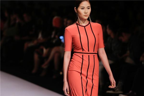 Nói riêng về bộ sưu tập Modern girl boss của nhà thiết kế Phi Phạm, vẫn với những thiết kế mang tính tiên phong và đậm chất nghệ sĩ, anh đã giới thiệu nhiều mẫu trang phục mới nhất dành cho người phụ nữ hiện đại.