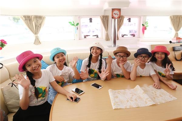 """Sau buổi chụp hình, """"thầy trò"""" Noo Phước Thịnh di chuyển đến nhà hàng năm sao nổi tiếng tại Thái Lan - Tu Kab Khao để thưởng thức những món ăn truyền thống của """"Xứ sở chùa Vàng"""". - Tin sao Viet - Tin tuc sao Viet - Scandal sao Viet - Tin tuc cua Sao - Tin cua Sao"""