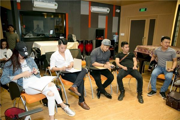 Buổi luyện tập còn có sự tham gia củaMTV Band, Á quân Nhân tố bí ẩn 2016 -Trương Kiều Diễm. Họ được huấn luyện viên - nhạc sĩ Đức Trí hỗ trợ cho phần trình diễntrong vòng thi sắp tới.