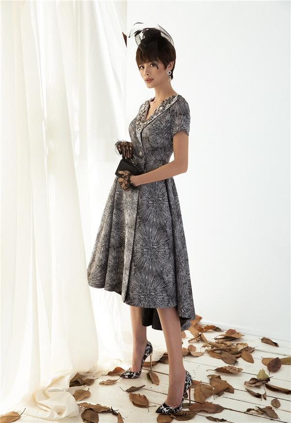 Phom váy mullet bất đối xứng điệu đà như mang Thu Hiền trở về với những năm tháng xưa cũ. Sắc xám tro cùng loạt họa tiết in đan lồng vào nhau giúp điểm nhìn của người đối diện liên tục thay đổi vô củng thú vị.