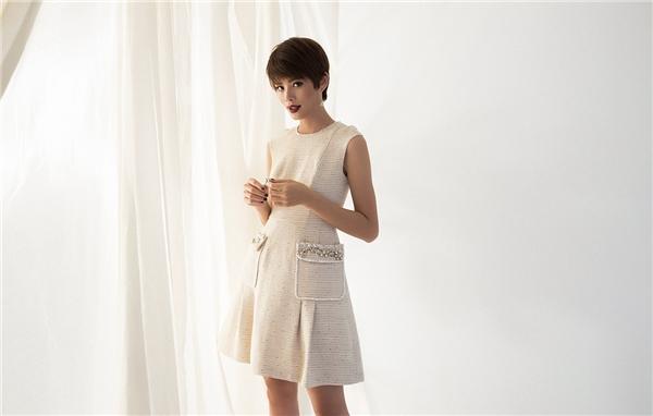 Phom váy chữ A xòe dễ chiều lòng các cô gái bởi chi tiết đa dạng ở phần tay, cổ hay thắt eo.