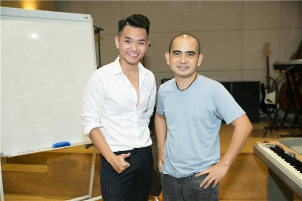 Phạm Hồng Phước chụp ảnh cùng nhạc sĩ Đức Trí