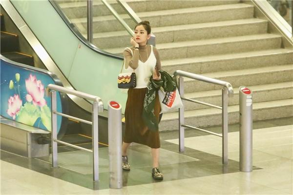Chi Pu ăn mặcthoải mái, đơn giản vì phải ngồi trên máy bay một khoảng thời gian dài. - Tin sao Viet - Tin tuc sao Viet - Scandal sao Viet - Tin tuc cua Sao - Tin cua Sao