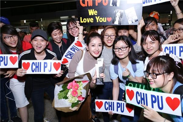 Fans Chi Pu thi nhau chạm chiếc cúp mà thần tượng vinh dự đạt được - Tin sao Viet - Tin tuc sao Viet - Scandal sao Viet - Tin tuc cua Sao - Tin cua Sao