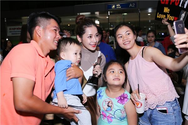 Nhiều hành khách tại sân bay cũng xin chụp ảnh kỉ niệm cùng Chi Pu. Nữ diễn viên thân thiên nhận lời cũng như gửi lời cảm ơn chân thành vì đã yêu mến mình. - Tin sao Viet - Tin tuc sao Viet - Scandal sao Viet - Tin tuc cua Sao - Tin cua Sao