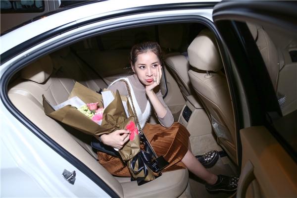 Biểu cảm đáng yêu của Chi Pu trước khi lên xe trở về nhà nghỉ ngơi sau chuyến bay dài. - Tin sao Viet - Tin tuc sao Viet - Scandal sao Viet - Tin tuc cua Sao - Tin cua Sao