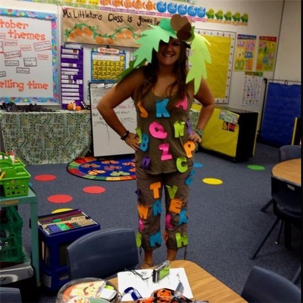 """Cô giáo và bộ trang phục """"bảng chữ cái""""."""