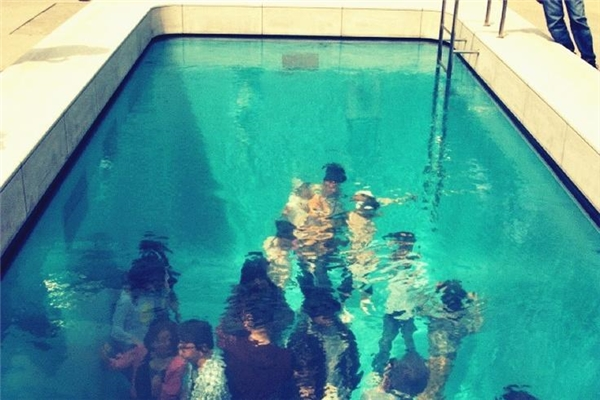 Ở phía trên bể bơi bạn sẽ ngạc nhiên khi thấy những người ở dưới bể bơi đang đi lại bình thường. (Ảnh: internet)