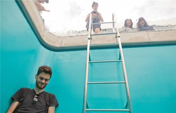 Thành hồ được sơn màu xanh ngọc để tạo cảm giác màu nước như trong bể bơi thật. (Ảnh: internet)