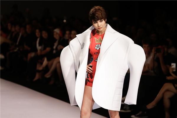 Mặc dù đang bị bệnh nhưng Thanh Hằng vẫn đẹp lạnh lùng sải bước đầy tự tin trên sàn catwalk