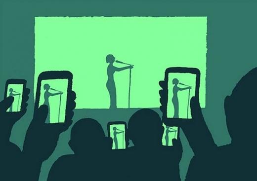 """Hiếm có ai lại """"cả gan""""để quên điện thoại ở nhà khi tham dự một đêm ca nhạc hoành tráng. Dù mua vé để xem ca sĩ hát sống trên sân khấu, song các khán giả dường như quên mất cách ngắm nhìn thần tượng của mình bằng mắt thật thay vì qua một màn hình phẳng với độ phân giải cao chót vót."""