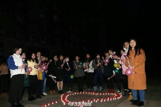 Vào ngày LễĐộc thân năm cuốiđại học, các cô nàng trong lớpđã cùng nhau tổ chức một buổi tỏ tình tập thể cho anh chàng.