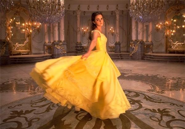 """Dù chưa chính thức ra mắt nhưng những hình ảnh """"nhá hàng"""" đầu tiên của Beauty and the Beast khiến khán giả đứng ngồi không yên. Hình ảnh công chúa Bella được xem là điểm nhấn thú vị trong tác phẩm điện ảnh này với hàng loạt trang phục được nhà thiết kế Sandy Powell chuẩn bị riêng. Chiếc váy màu vàng cam óng ánh với 12 lớp vải gồm nhiều chất liệu khác nhau như lụa, polyester và nylon tôn lên vẻ đẹp rạng rỡ và tươi tắn của một trong những mỹ nhân hàng đầu Hollywood Emma Watson."""