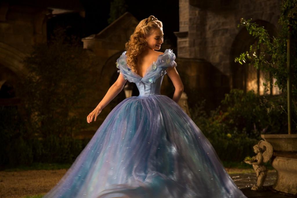 Một trong những điểm sáng ấn tượng nhất phim chính là bộ đầm dạ hội của công chúa Ella khi dùng đến 250 mét vải, 10.000 viên đá quý và 550 giờ để thực hiện. Thiết kế trông như một bầu trời lấp lánh sao đêm.