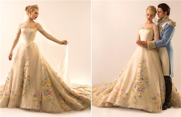 Chiếc váy trắng mà Ella diện trong ngày cưới hoàng tử phải mất gần một tháng với đội ngũ 16 nhà thiết kế và thợ may lão luyện của nhà thiết kế Powell để hoàn thành. Nhà thiết kế tài ba luôn muốn tạo nên những điều ấn tượng, khác biệt từ hình mẫu mà mọi người đã quen nghĩ về các nhân vật cổ tích.