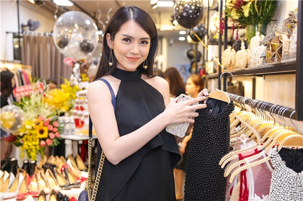 Chiếc váy đen nhẹ nhàng của Milan trở nên thú vị hơn với phần cổ yếm to bản, chi tiết dún bèo ở ngực. - Tin sao Viet - Tin tuc sao Viet - Scandal sao Viet - Tin tuc cua Sao - Tin cua Sao
